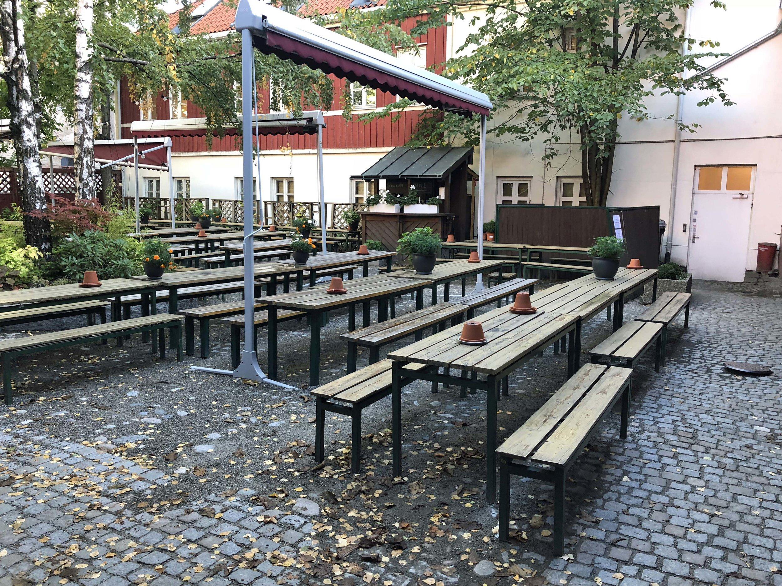 Bakgården er populær sommerstid. Den har plass til 400 gjester, mens Asylet har 280 plasser inne.