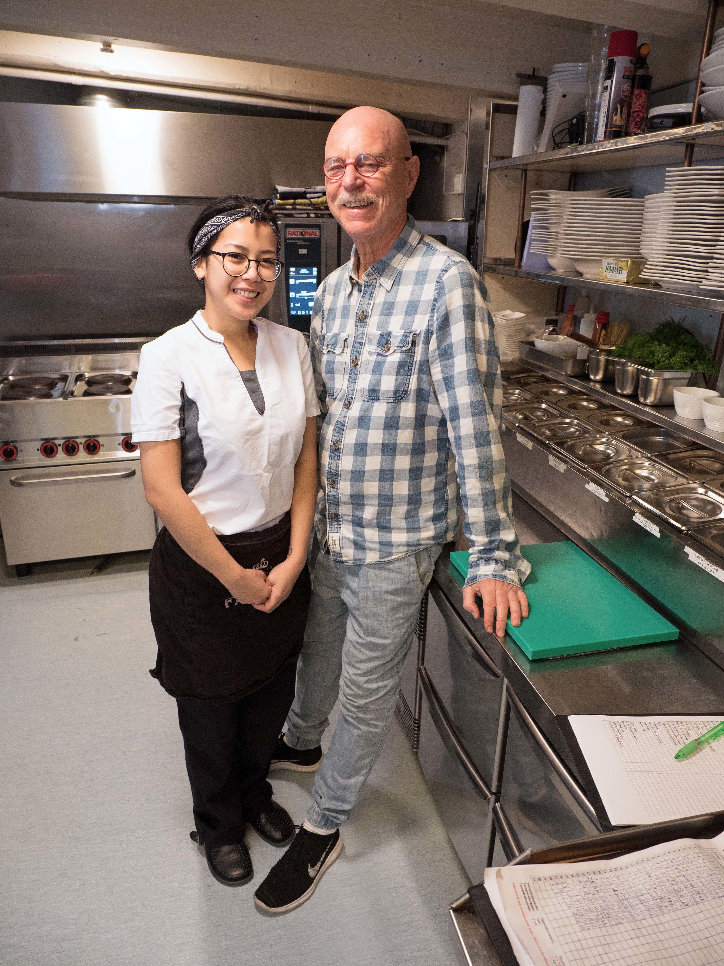 Kjøkkenet i første etasje omtaler Harald Hanssen som Norges minste restaurantkjøkken – her sammen med Jiratti «Pia» Kanokphonphiphat.