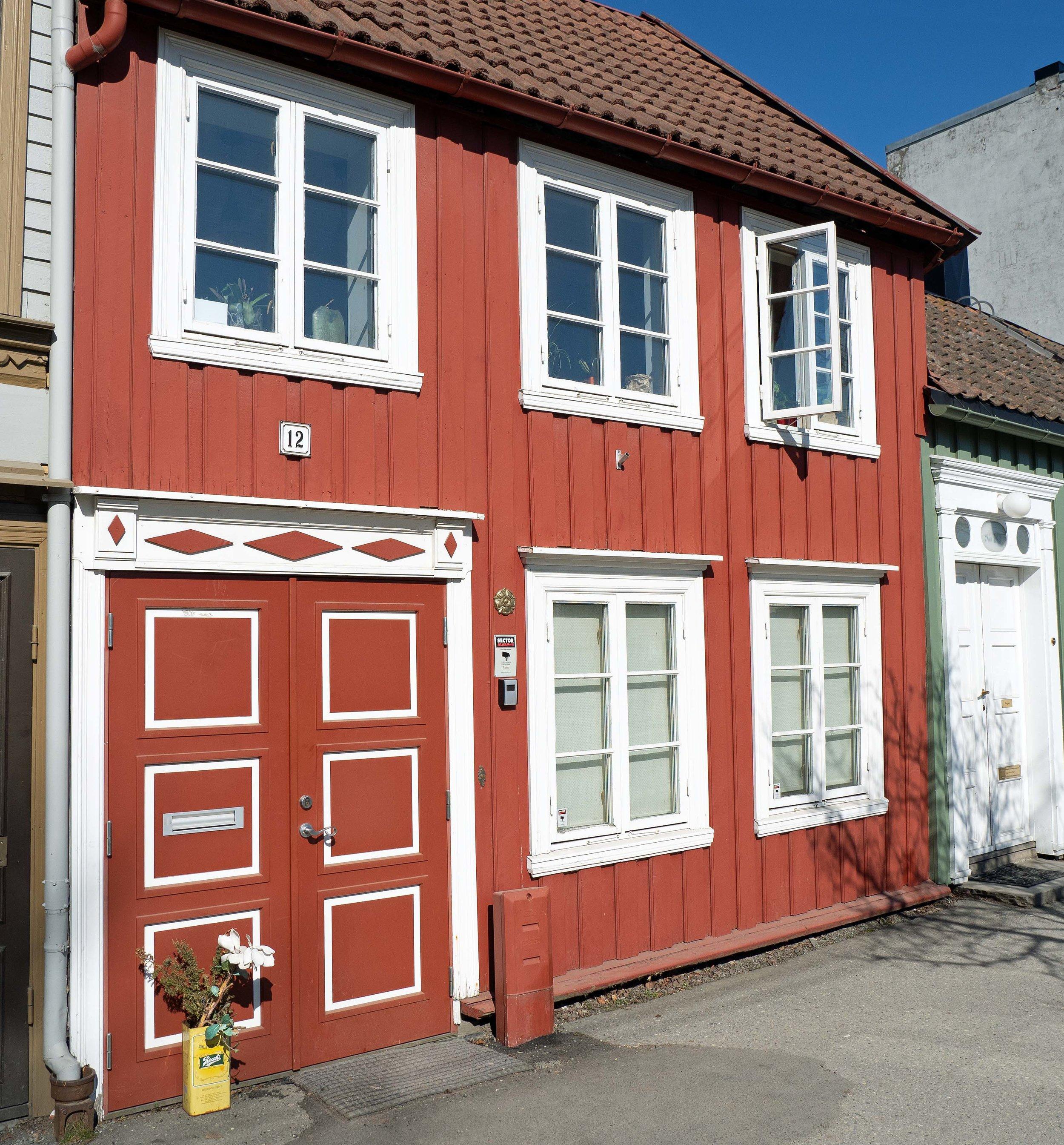Det lille, gamle trehuset som han kjøpte av Anne B. Ragde, ligger på Ilevollen vest i Trondheim.