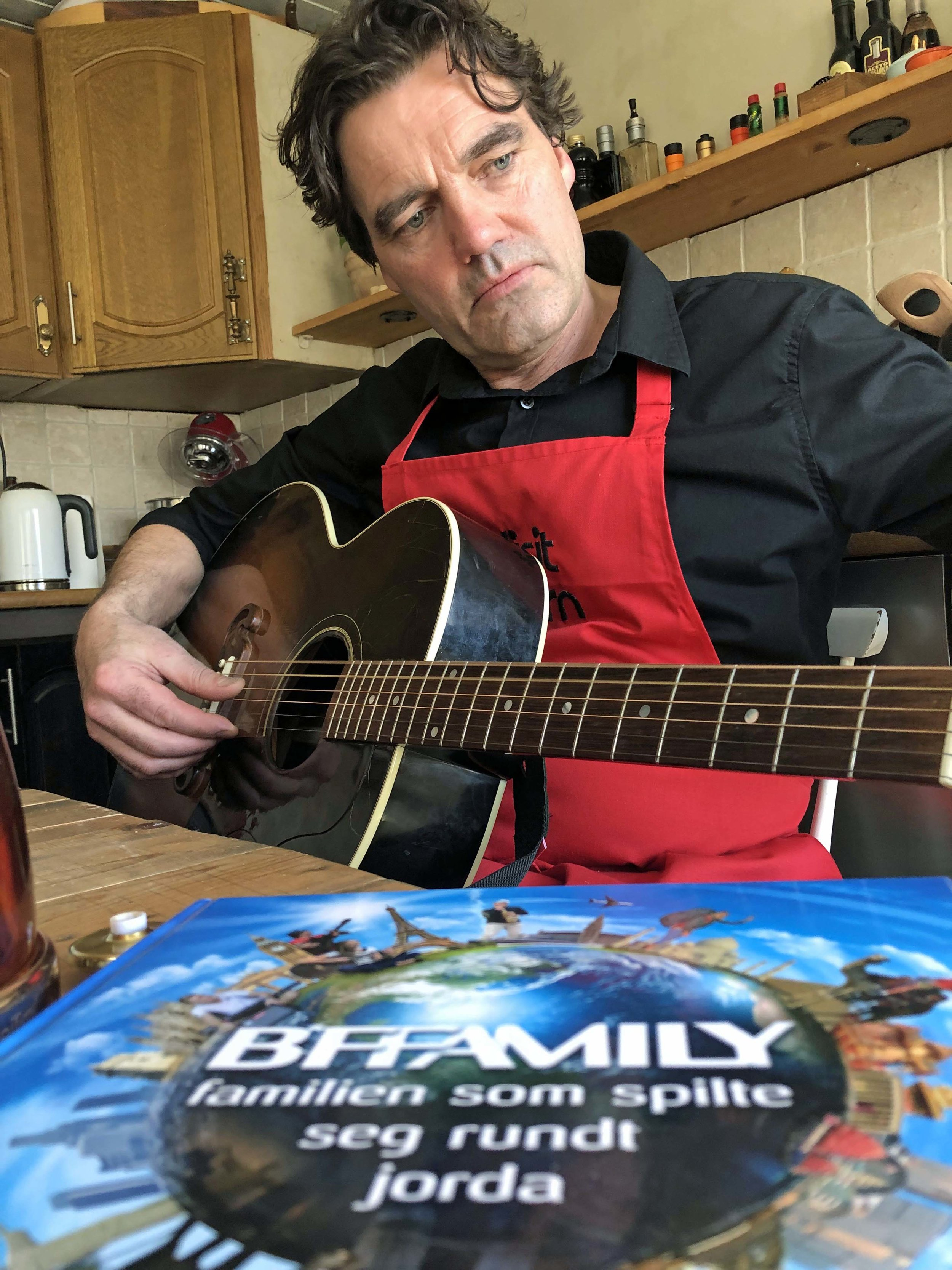 Egentlig er han musiker, og familien Brasøy og Fjeldvær har spilt på gatene på fem kontinenter.