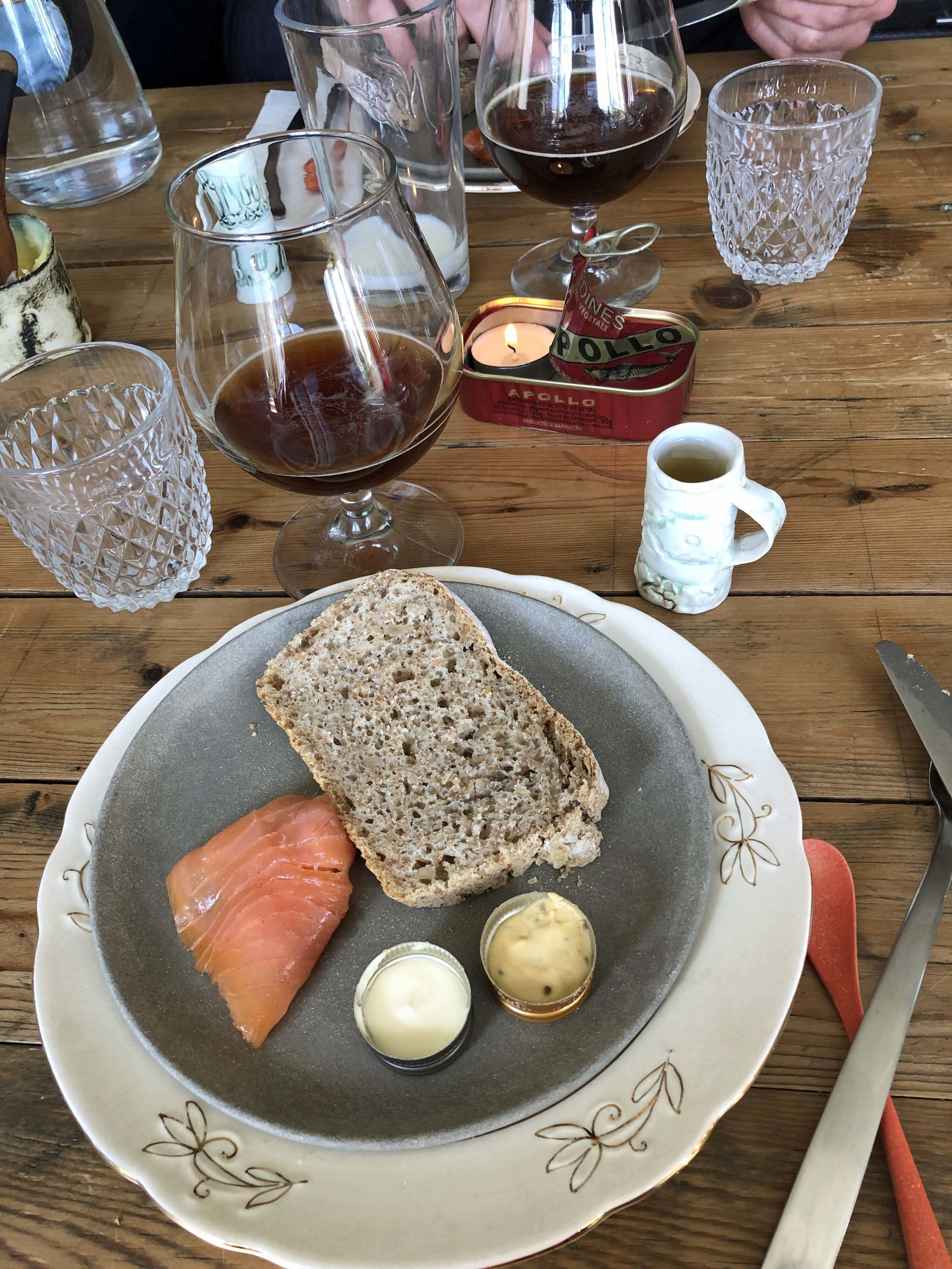 Laks fra Frøya serveres med hjemmebakt brød, saus og rømme i tomme spritkorker, Frøya-øl og akevitt i konas hjemmelagde krus.