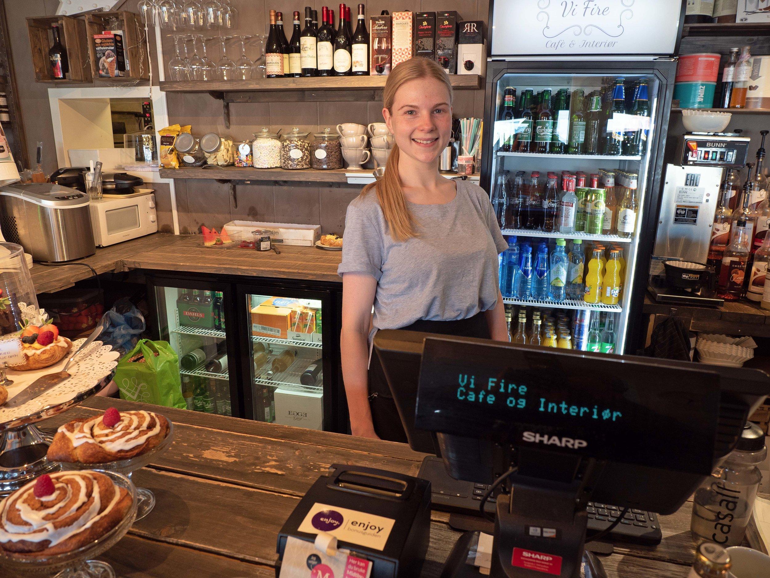 Cecilie Fossum selger og serverer i morens familiebedrift.