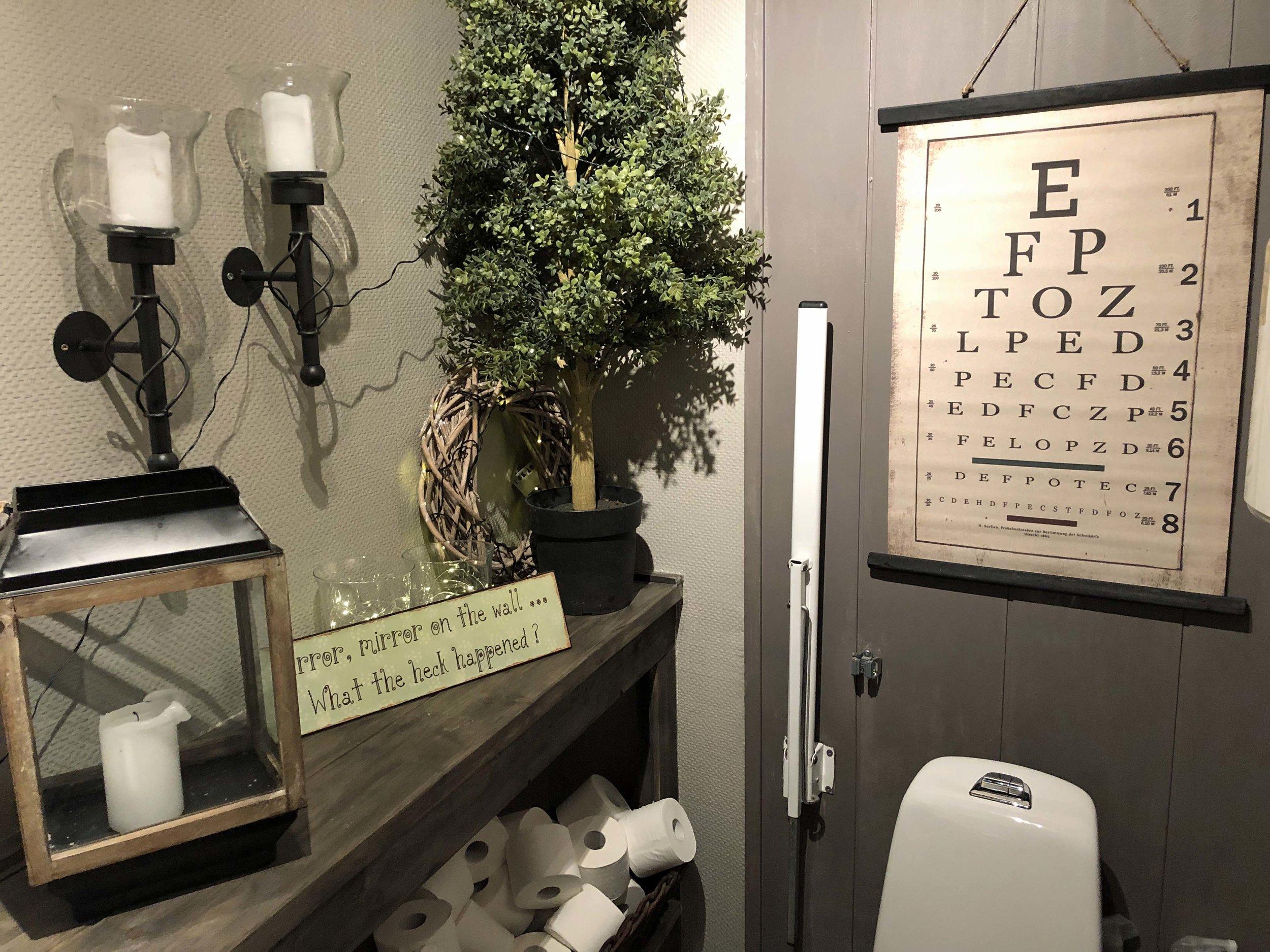 Til og med toalettet er det rom for å gjøre koselig.