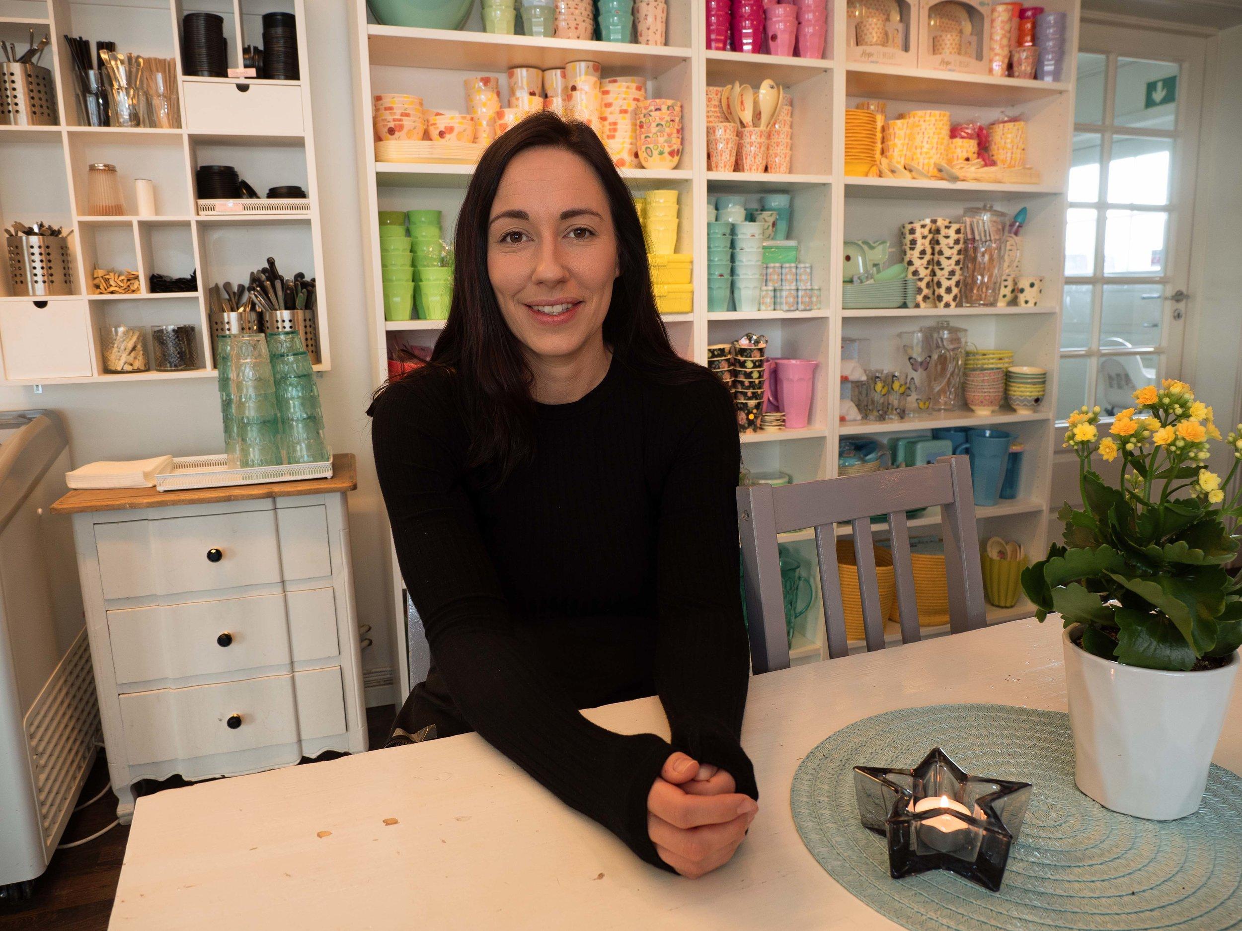 Hun er utdannet blomsterdekoratør, og på Bringen selger hun interiør i tillegg til kaffe og kaker.