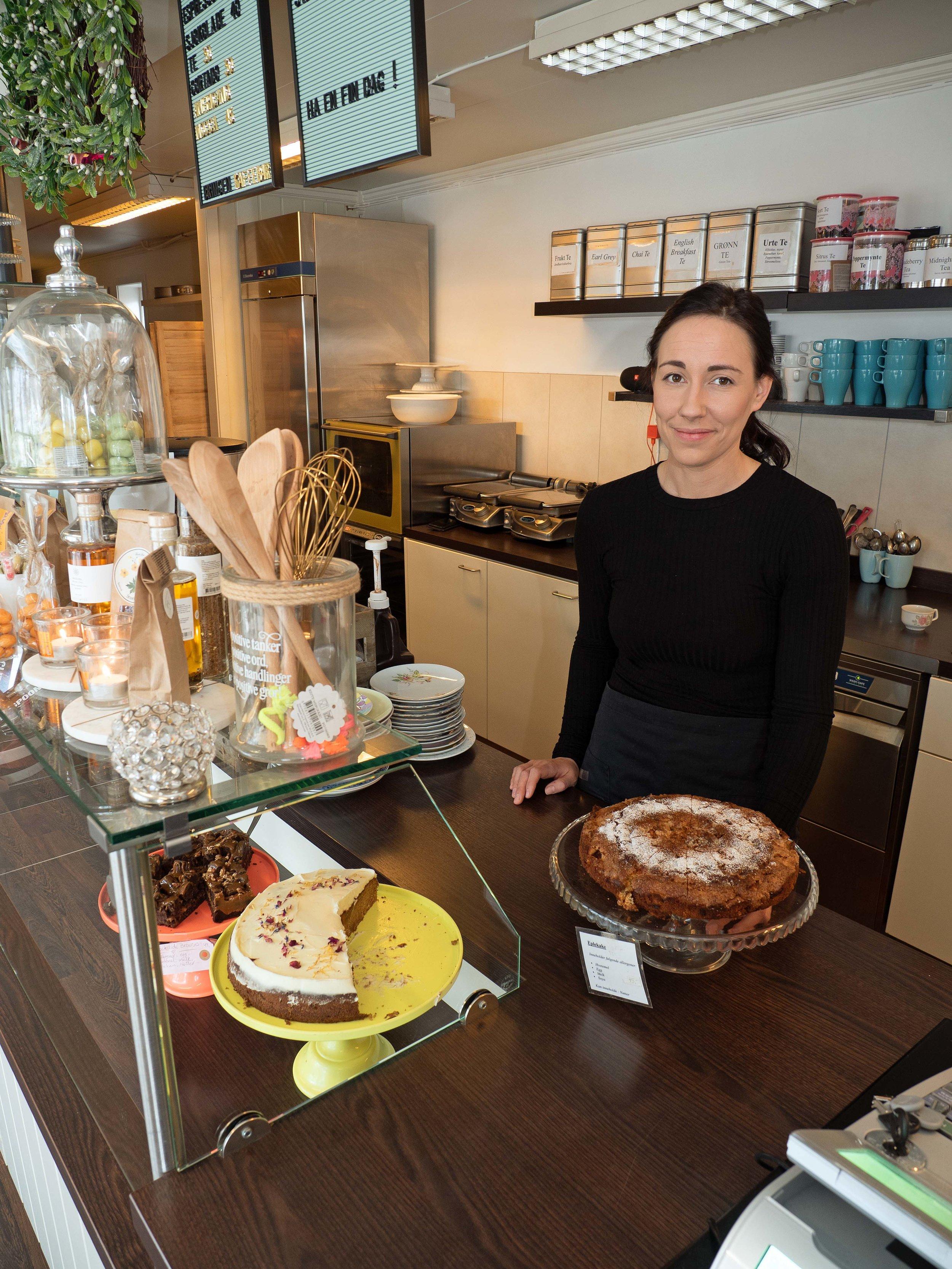 Anette Møller byr på hjemmebakte kaker.