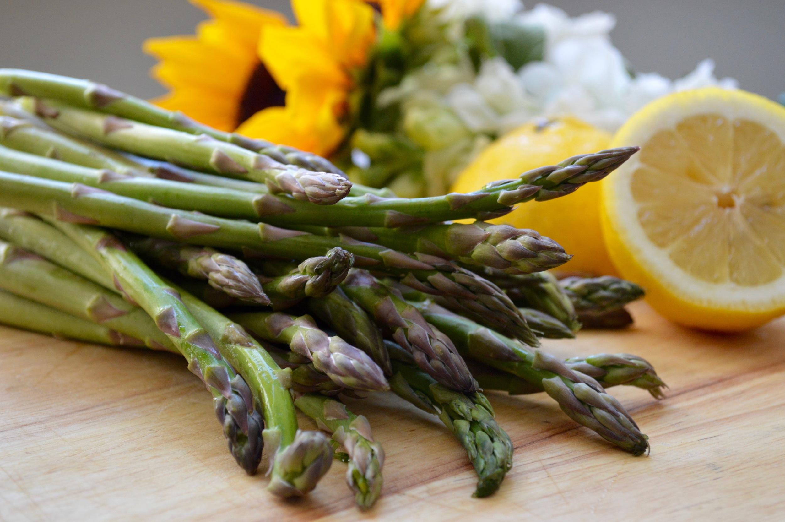 Fresh & raw asparagus!