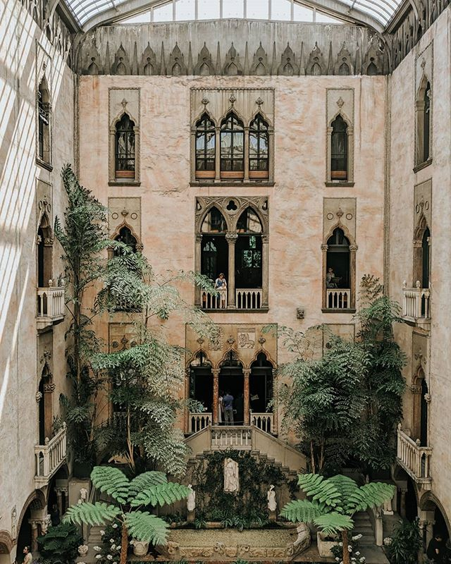On a recent trip to Boston to visit some friends, I slipped out on my own to visit the @gardnermuseum. It's a place to wander through slowly, so you can notice all the little details Isabella Stewart Gardner made sure not to take for granted. And this courtyard 🙌🏼 I spent a long time staring into it pretending I lived there. . . . . . . #boston #igboston #bostondotcom #theprettycities #bostonigers #teampixel #mytinyatlashello #mytinyatlas #theprettycities #prettycity #prettycities #tlpicks #culturetrip #iamatraveler #isabellastewartgardnermuseum #architecture_best #architecture_lovers
