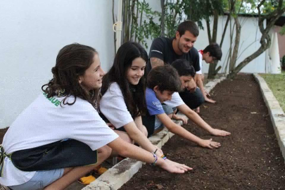 Horta criada com os alunos do curso de inglês Club2Talk