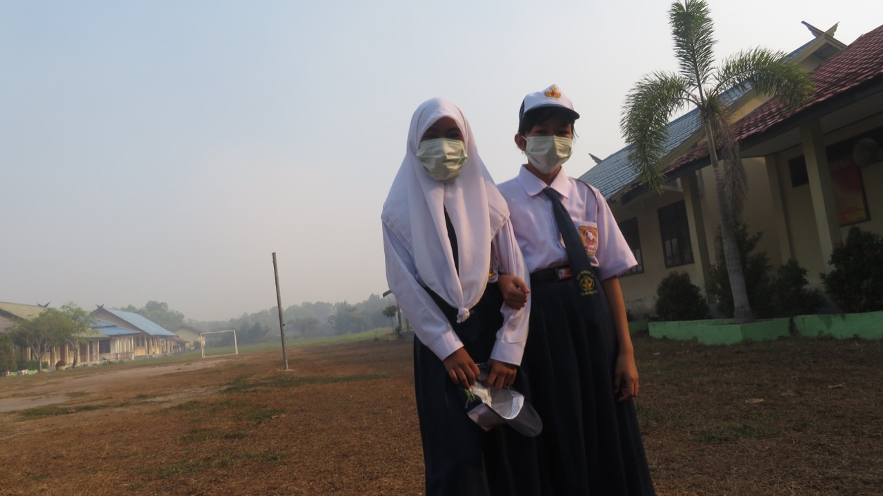 Students going to school in the midst of smoke haze in Palangkaraya | Photo courtesy of Ranu Welum Foundation