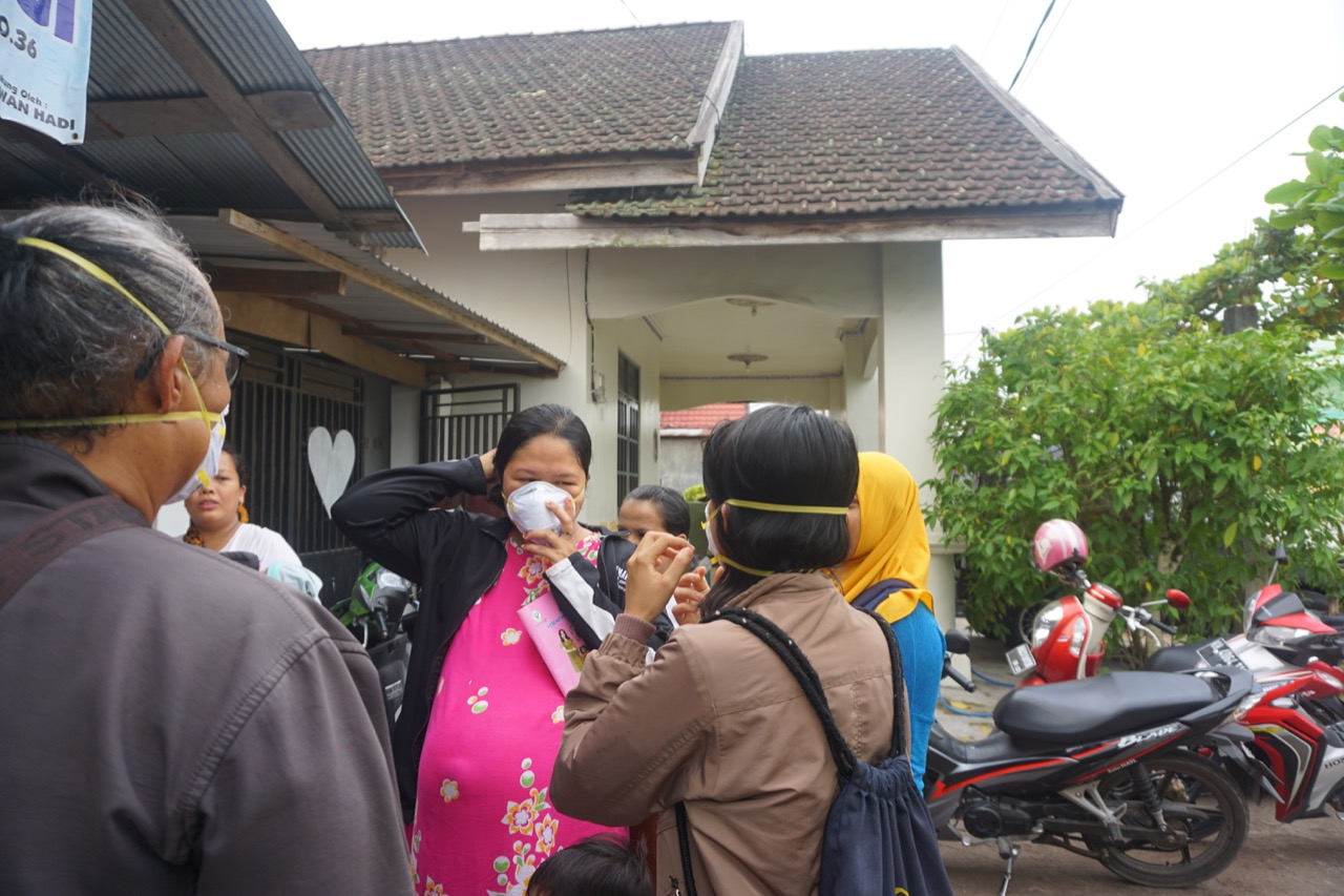 Free N95 masks distribution to locals | Photo courtesy of Ranu Welum Foundation
