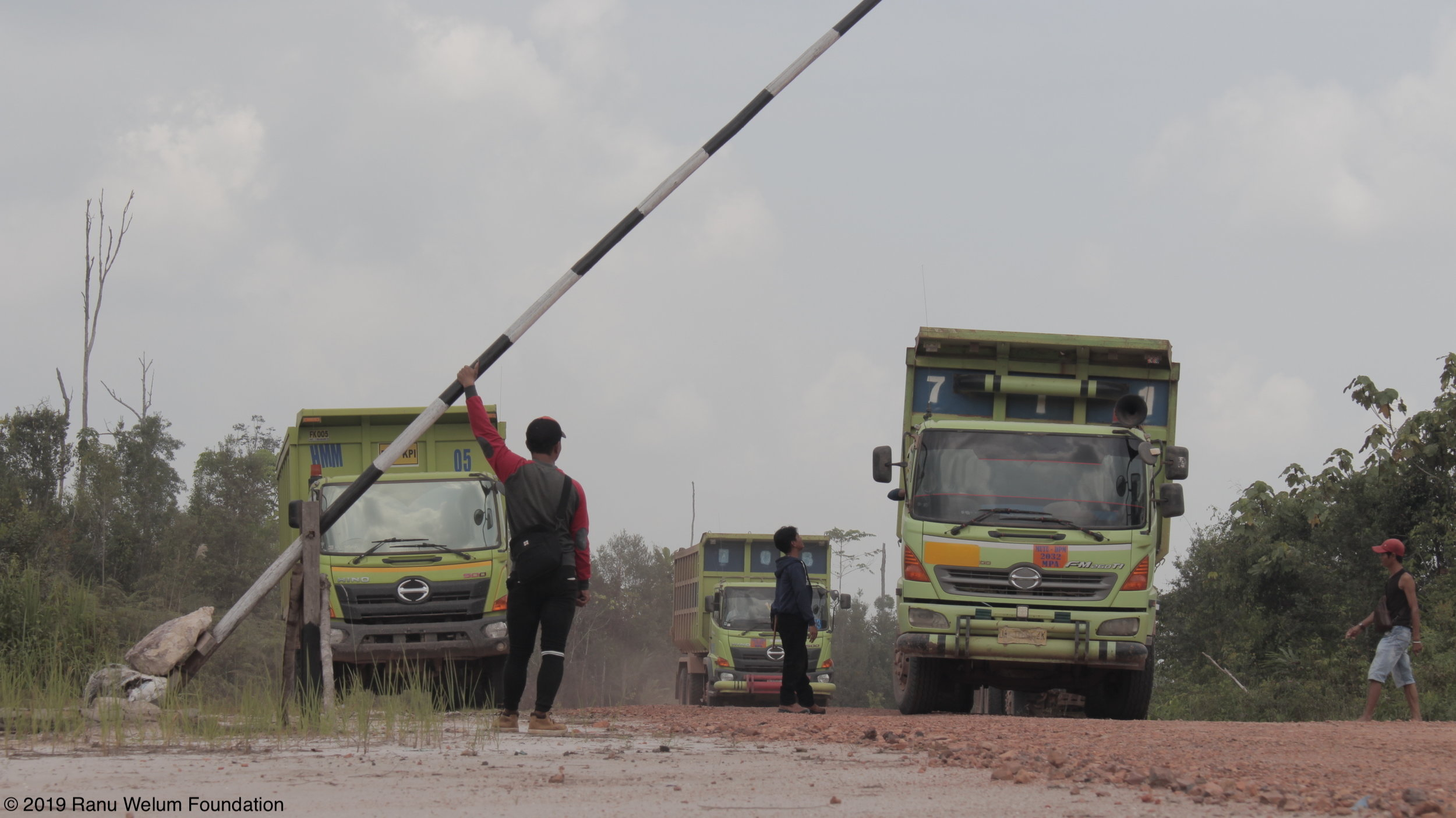 Indigenous Dayak community stopping PT Palopo Indah Raya's trucks | Photo courtesy of Ranu Welum Media