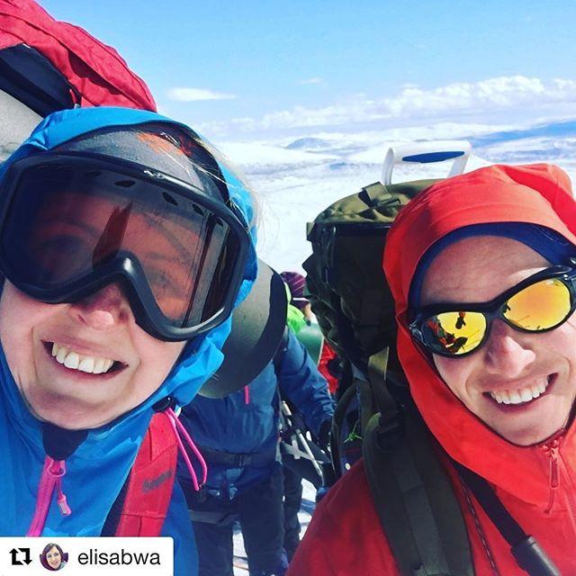 Dagens blinkskudd. 😊 #Repost @elisabwa ・・・ Turfølget i fokus! Fantastisk fellestur til Snøhetta i helga sammen med beste makker @tibnor. Sol og snø og trivelige folk. Takk for turen! #alltidlikeblid #trondheimturistforening #utno #liveterbestute #snøhetta #dnt #dovrefjell