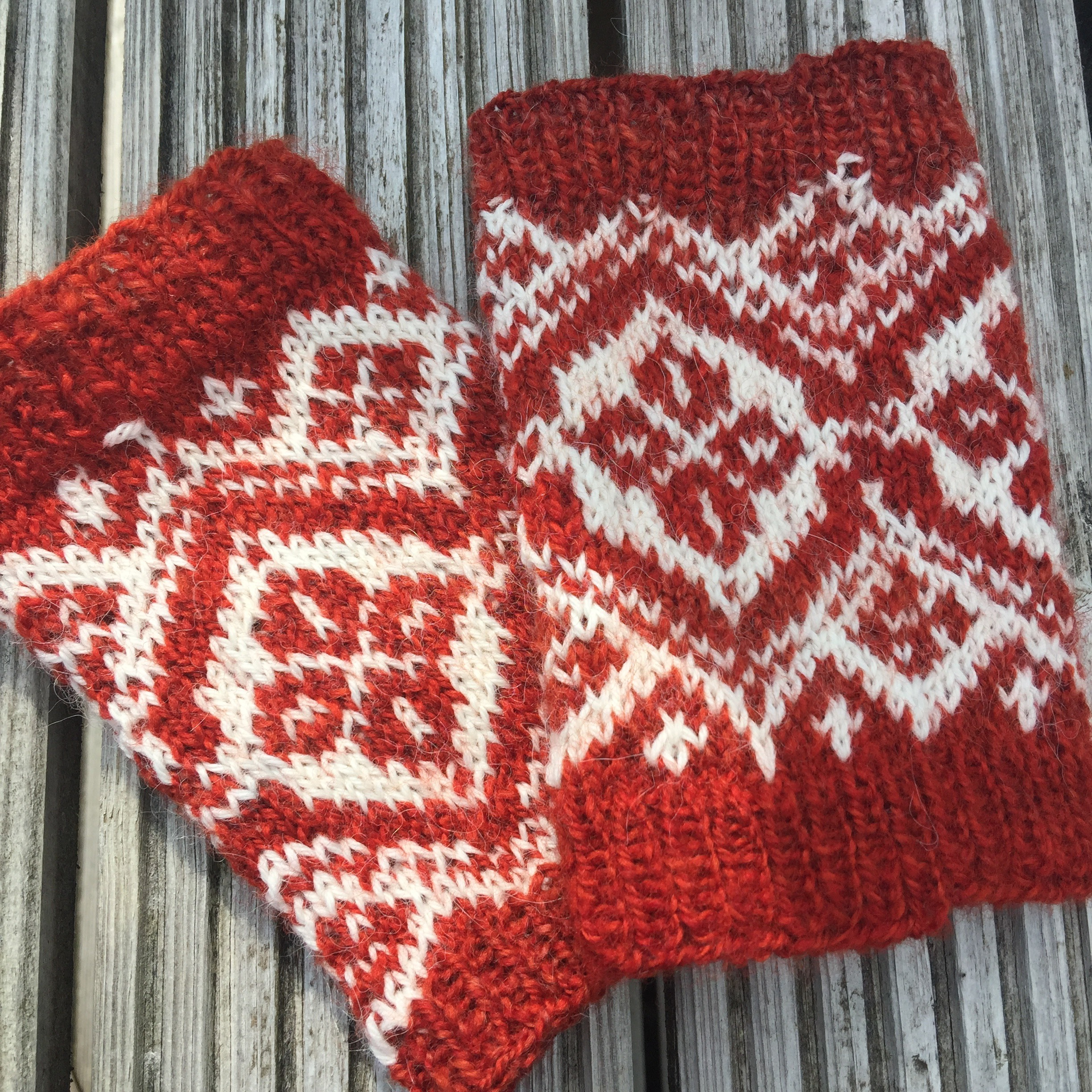Have a lot of fibre left over, so these are hand/wrist warmers using the same pattern.    Haha, I can see some mistakes….but I dont at all mind :)