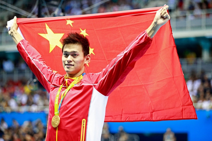 gold-medalist-yang-sun-of-china-brandishes-correct-chinese-flag-during-the-medal-ceremony-of-day-3-of-the-rio-2016-olympic-games.jpg