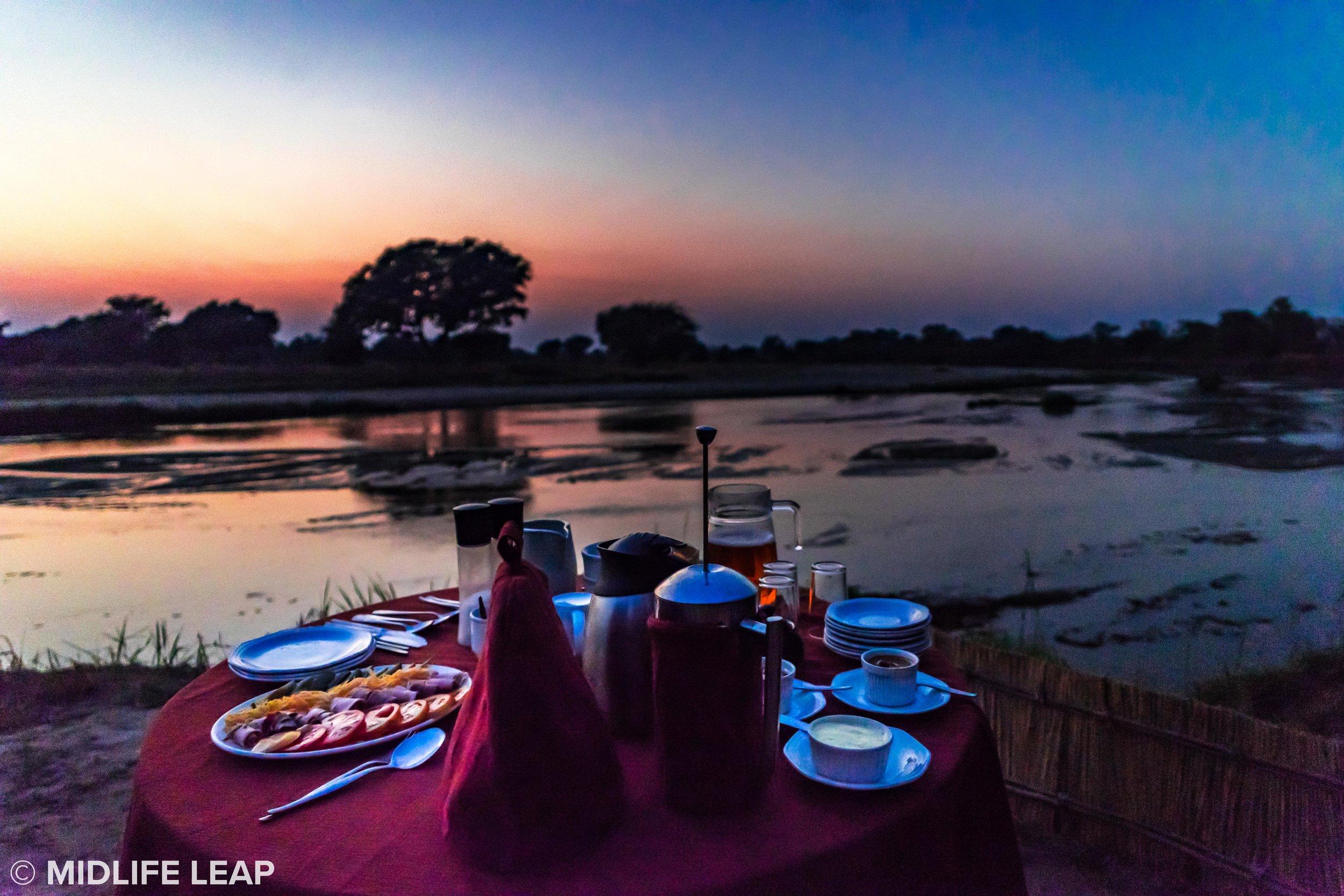 mwaleshi-north-luangwa-walking-safari-breakfast-sunrise.jpg