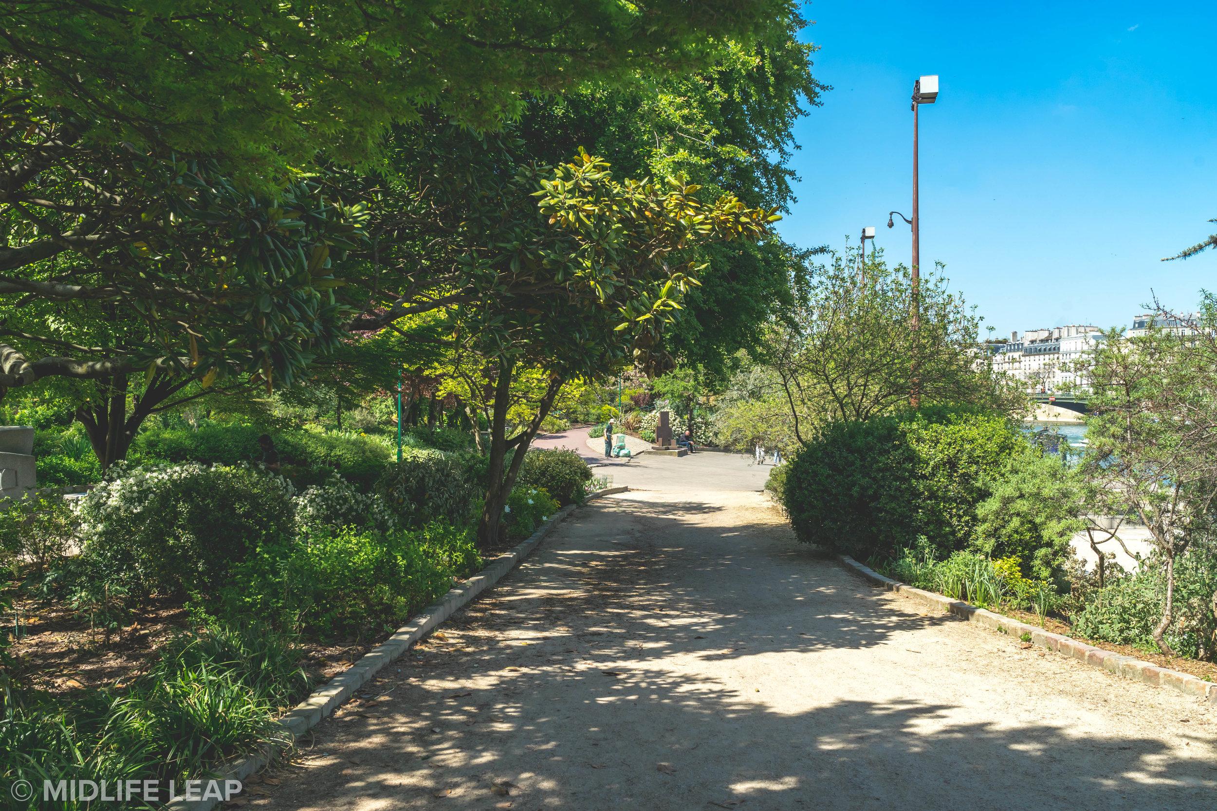 the-best-walks-in-paris-jardin-tino-rossi