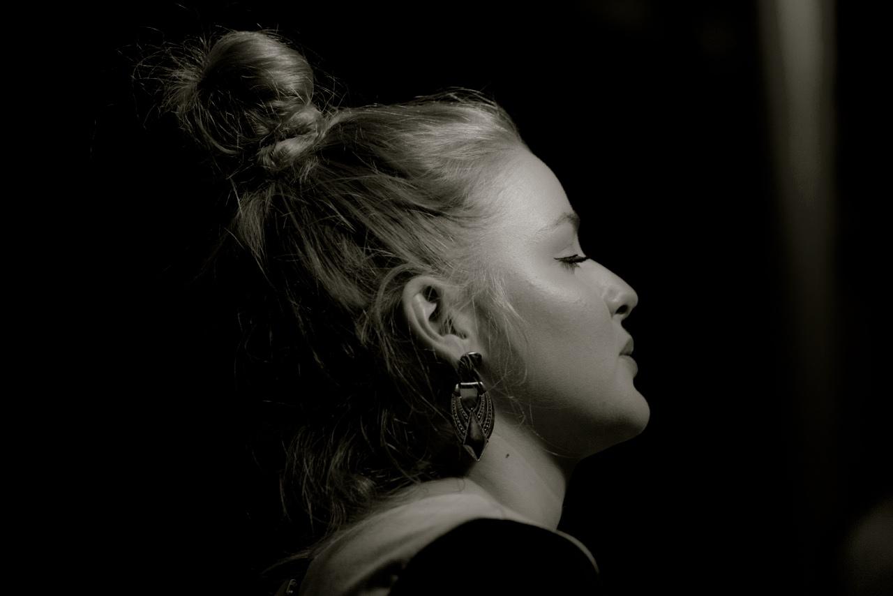 ANNA HIRSCH wurde 1991 in München (Deutschland) geboren und wuchs in Basel auf. Seit 2012 Studium in Jazz-Gesang und seit 2016 Studium in Komposition an der Hochschule für Musik Basel. Unterricht u.a. bei: Lisette Spinnler, Ann Malcolm,Rebecca Martin, Efrat Alony. Kompositionsunterricht bei Guillermo Klein, Hans Feigenwinter und Jorge Rossy.  Neben anderen Projekten aktiv als Bandleaderin und Komponistin bei HILA PUNTUR, beteiligt in verschiedenen Theater- und Tanzproduktionen sowie 2016 bei SOFIA (Support Of Female Improvising Artists) und Stiftungsträgerin Friedl Wald 2016.