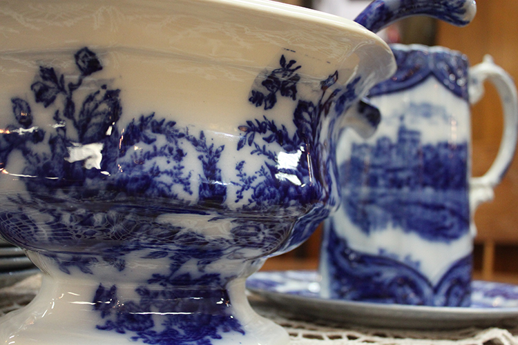 More than 1,500 flow blue patterns have been manufactured. Styles of patterns range from floral to pastoral scenes, oriental scenes, and brush stroke designs.