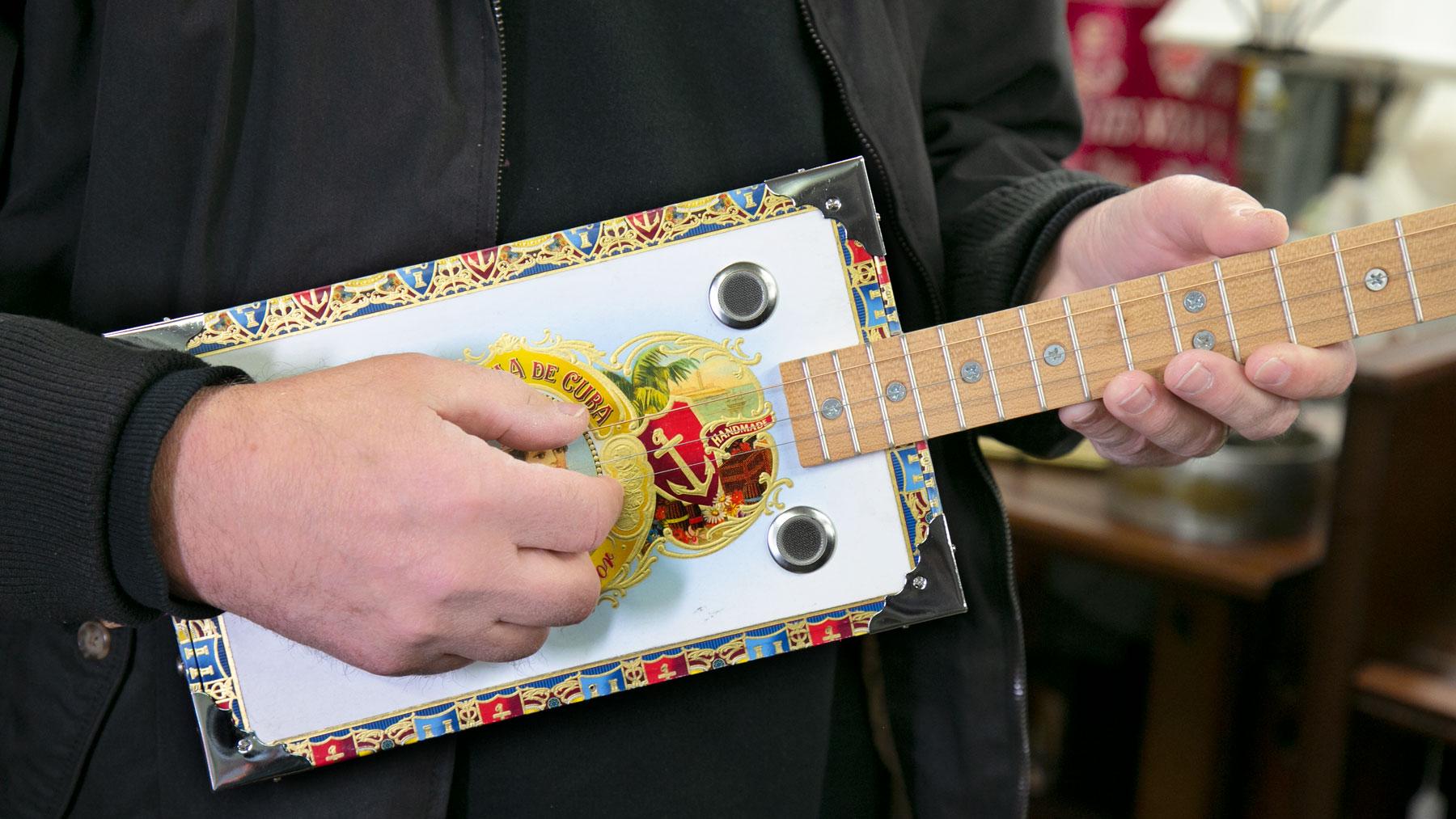 La Aroma de Cuba cigar box guitar