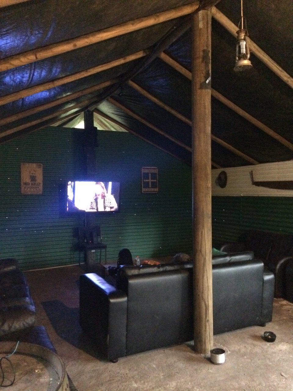 A bushcamp style lounge room.