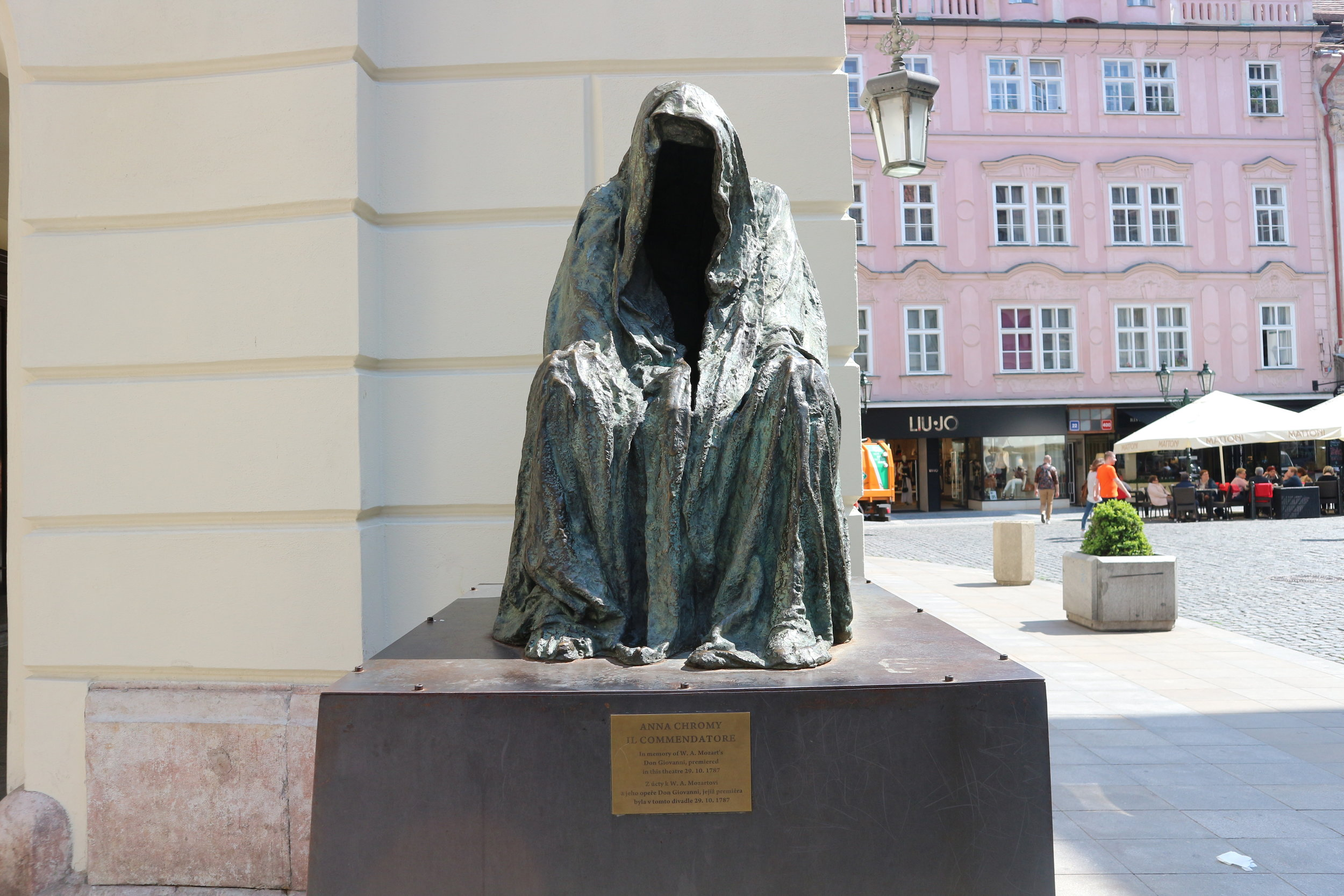 Faceless Statue of Don Giovanni