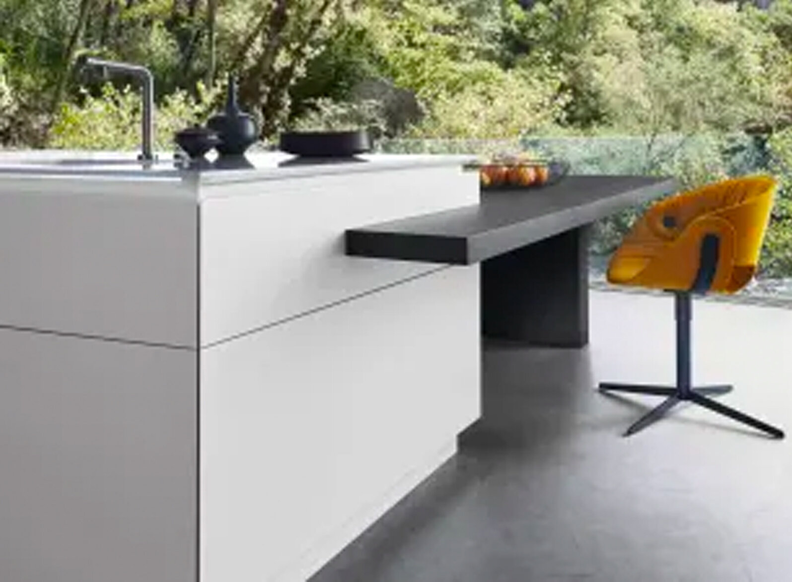 VARIABLE TABLE SOLUTION  Dock-on tables can be made to measure and to cater to customers' style preferences, and round off the overall effect of every kitchen.