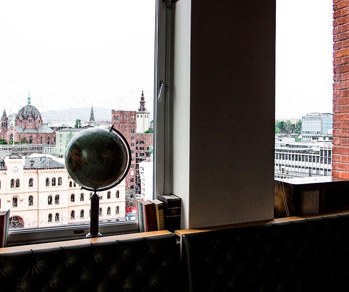 I 11. etasje finner du egen bar med samme utsikt som fra takterrasen. Rommet har koselige sittegrupper som er perfekt for mingling.