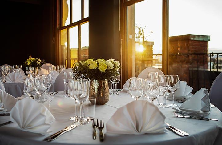 Velg gjerne et festlokale med en utsikt om gjestene kan nyte under middagen.