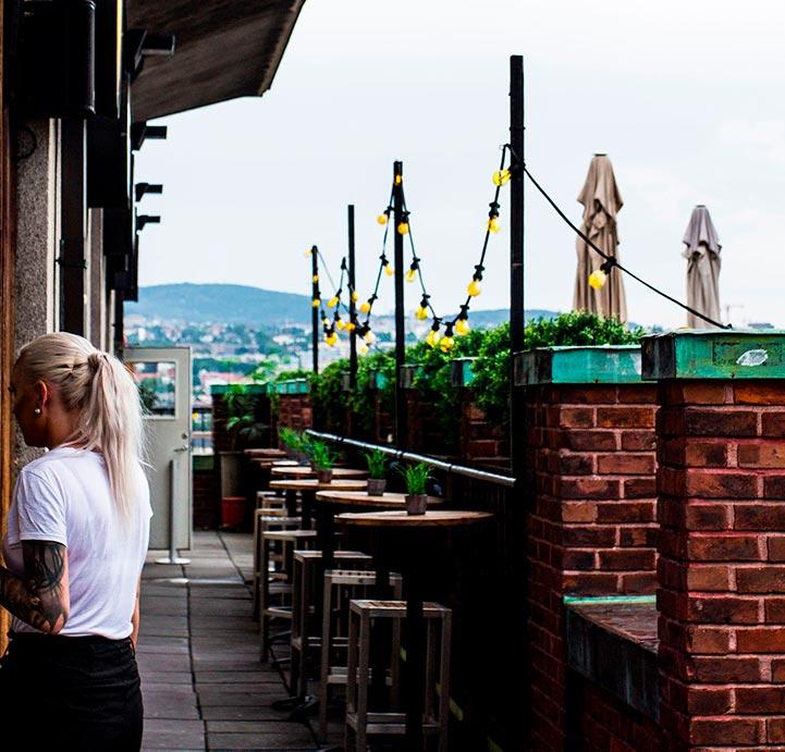 Takterrassen kan brukes til mingling i pausene. Mange velger også å spise lunsj ute i finvær.