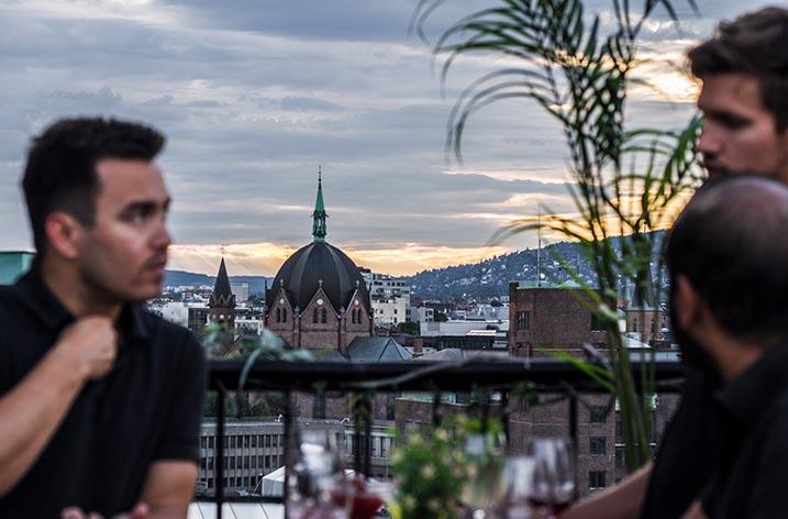 Bruk takterrassen i pausene for å få litt frisk luft og nyte den spektakulære utsikten over hele byen.