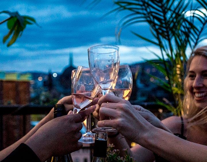 Finn et selskapslokale med terrasse eller uteplass, slik at gjestene kan nyte en velkomstdrink ute.