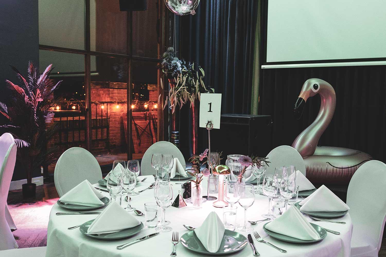 Pynt lokalet i et sommerlig tema til sommerfesten, f.eks. med flamingoer, palmer og andre effekter.
