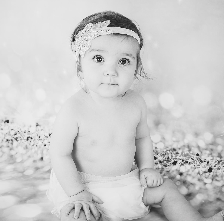 Barnefotografering med gullbakgrunn