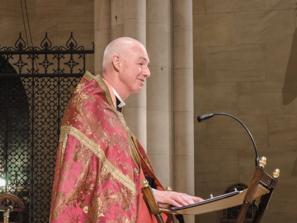 The Rector greets the congregation during Solemn Evensong & Benediction.