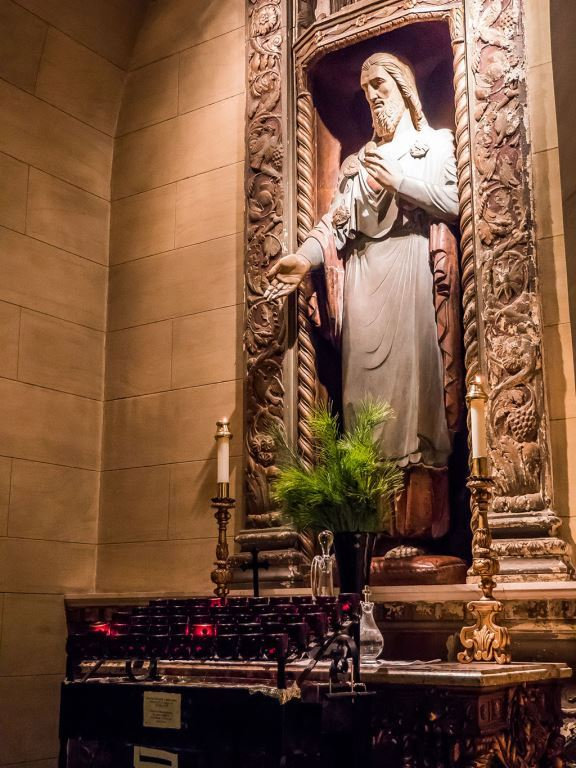 Flowers are not used at the high altar during Advent, except on the third Sunday of the season. A few sprigs of pine were placed at the Shrine of the Sacred Heart.  Photo by Ricardo Gomez