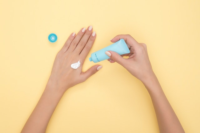 6 safer personal care products for women with PCOS // Best Non-toxic personal care products // Safe personal care products for women // 6 Natural Personal Care Swaps for PCOS // Important Beauty Swaps to make your routine clean // 6 easy natural personal care swaps that will protect your hormones // #pcosliving #PCOS #Beauty |  PCOSLiving.com