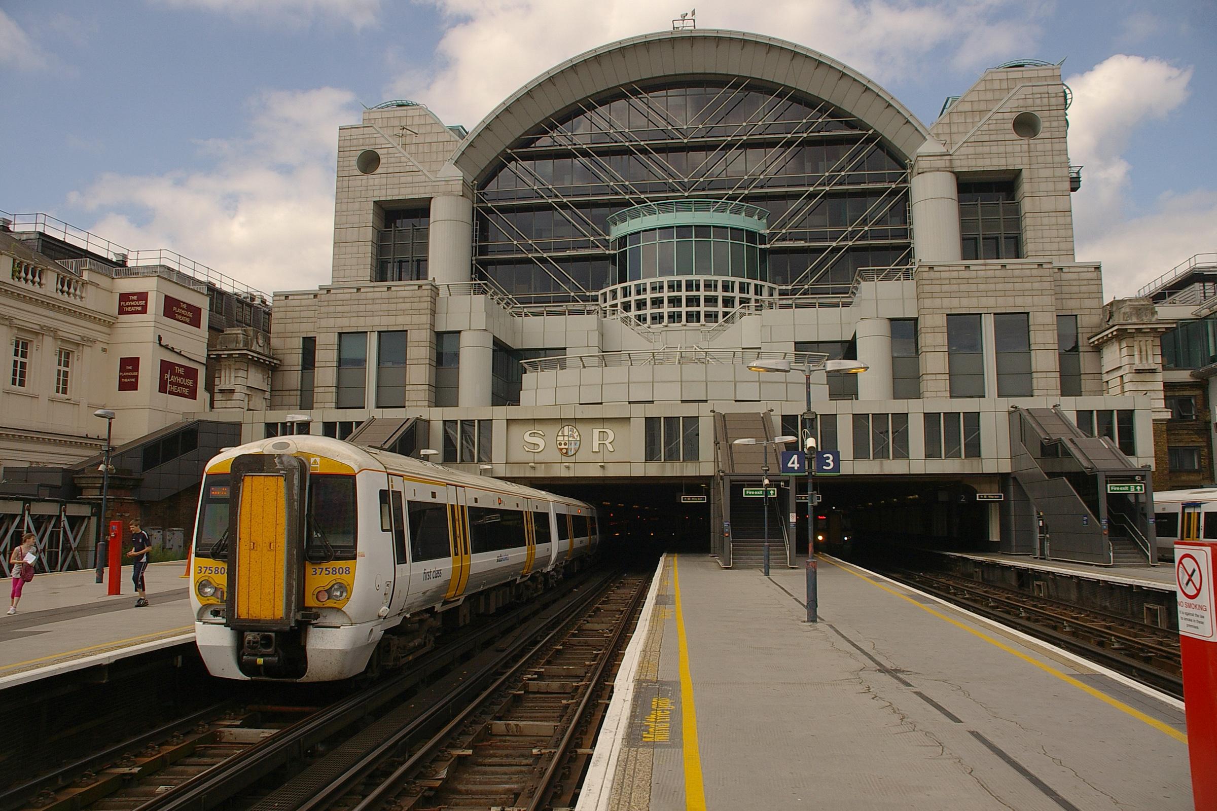 Charing_Cross_station_MMB_05_375808.jpg