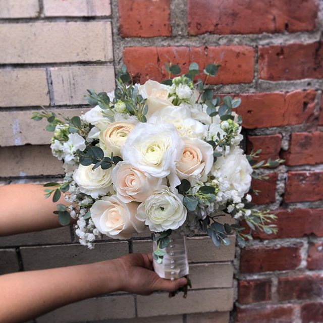 We absolutely love the combination of roses and ranunculus. The stark white of the ranunculus brings out the creme hues of the Vendela roses.