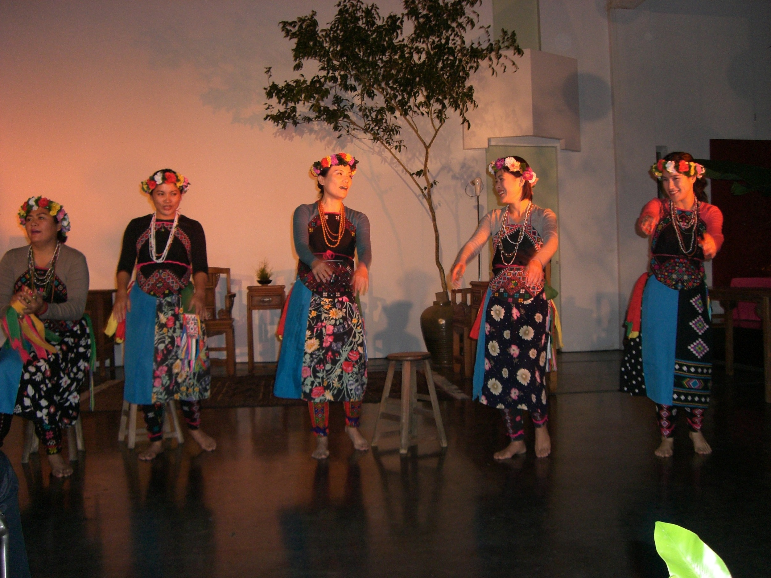 Traditional Taiwanese dance, November 2006.jpg