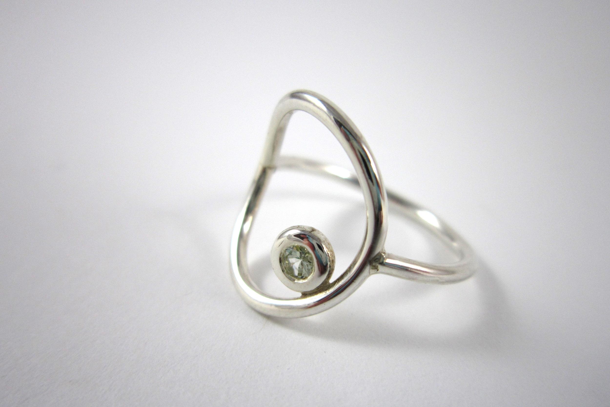 Zilveren ring met chrysoliet.