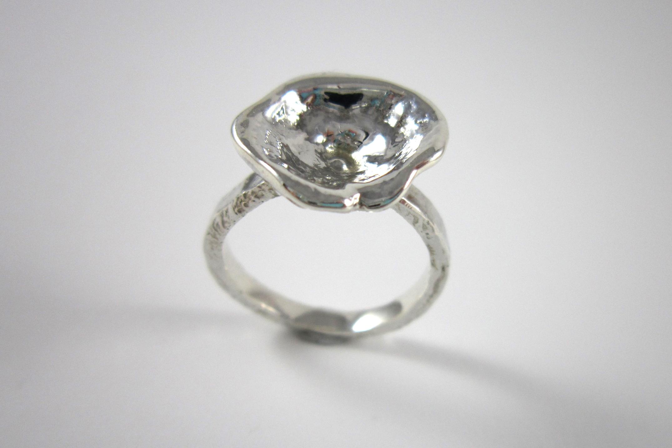 Organisch gevormde zilveren ring.