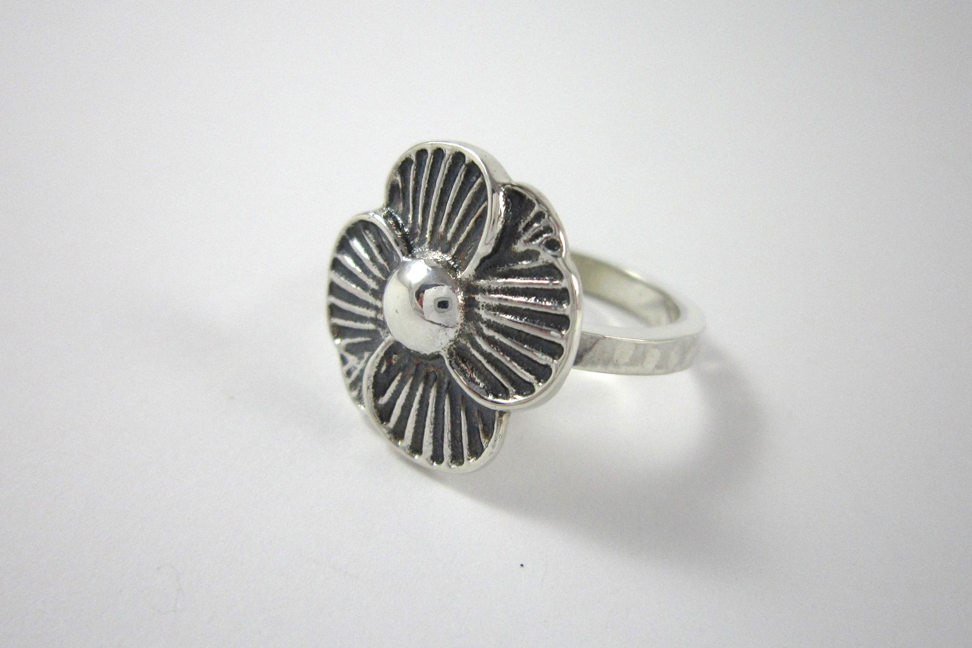 Zilveren ring, bloem.