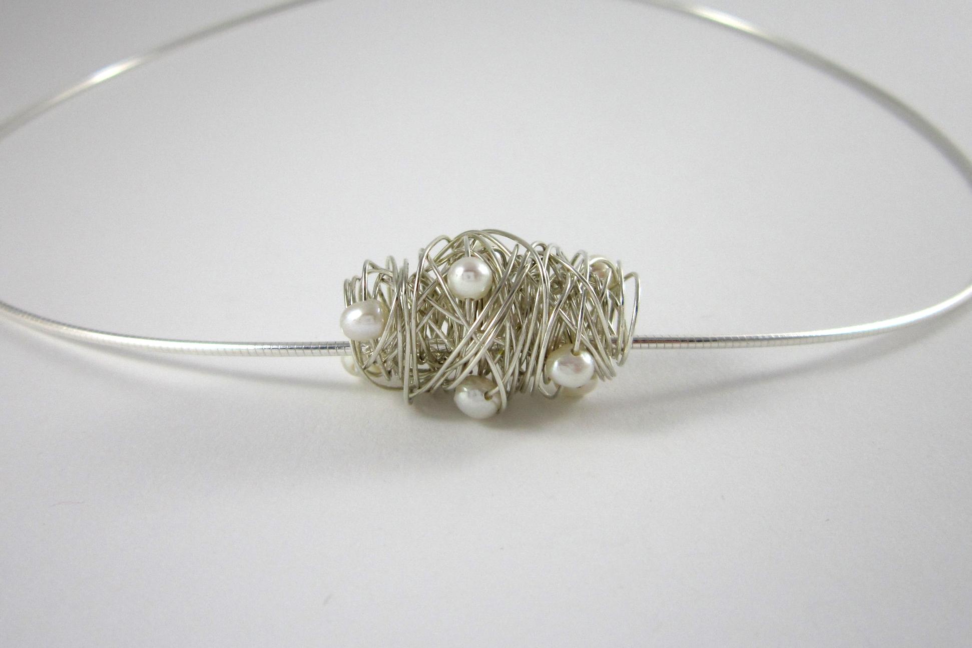 Zilveren Hanger, gewikkeld met zoetwaterparels.