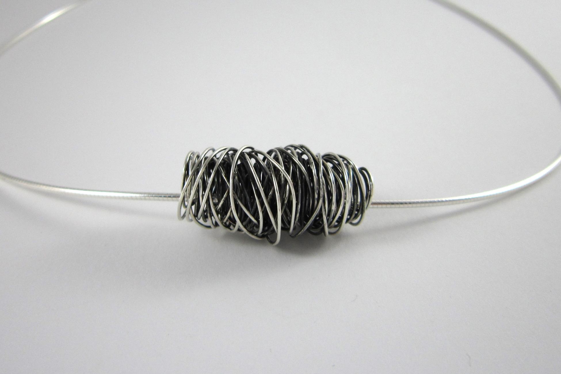 Zilveren hanger, gewikkeld.