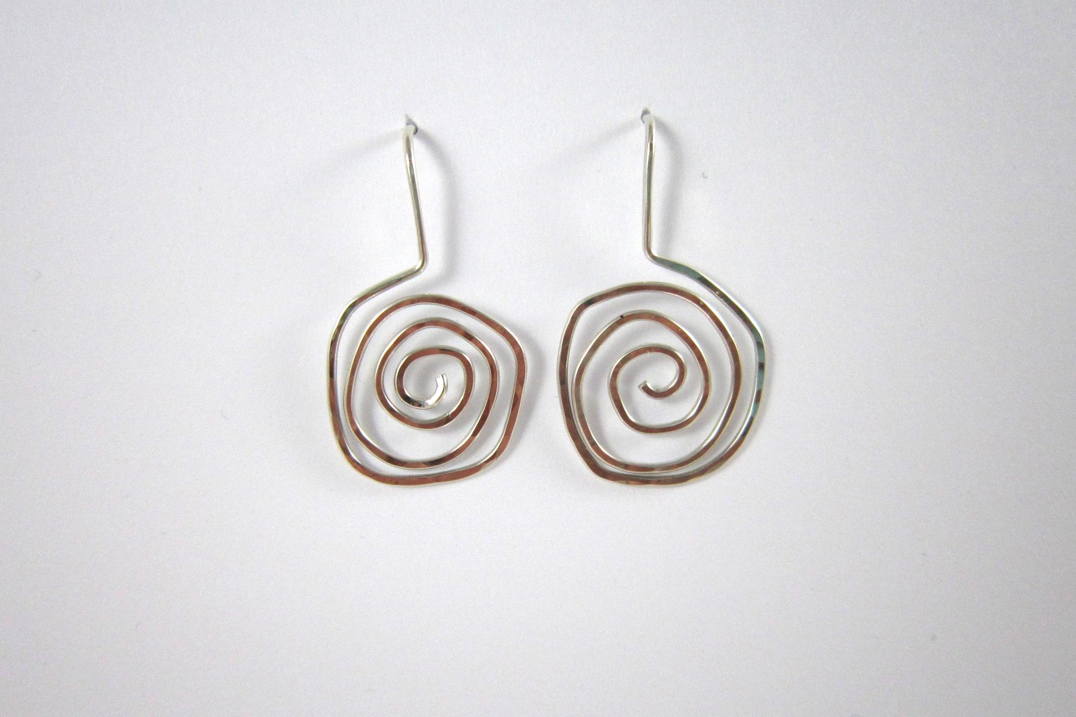 Zilveren oorbellen, spiraal.