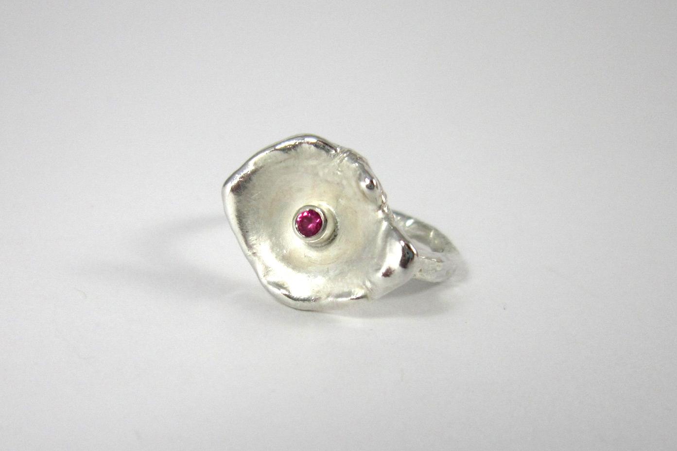 Organisch gevormde zilveren ring met robijn.