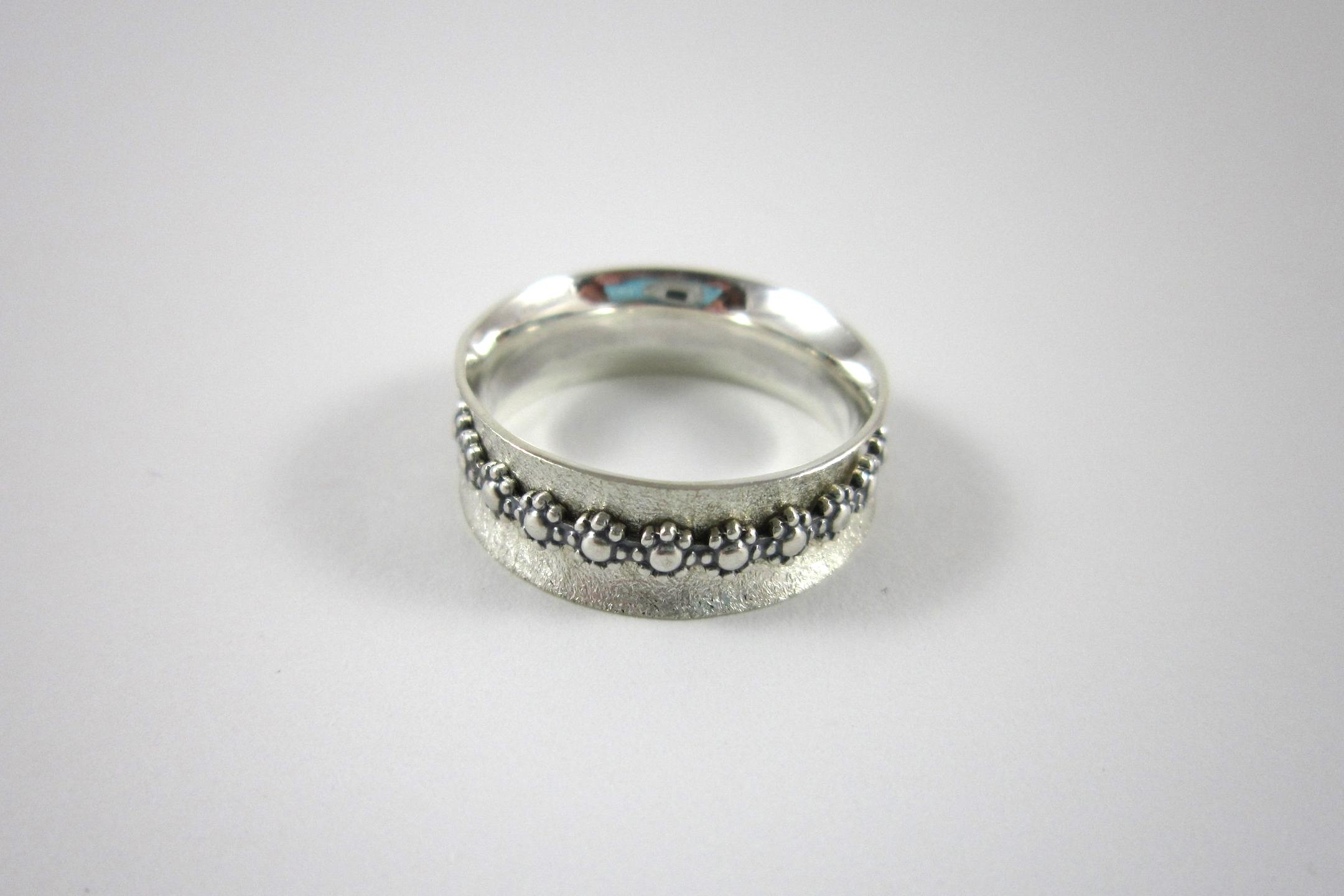 Zilveren spinner ring.