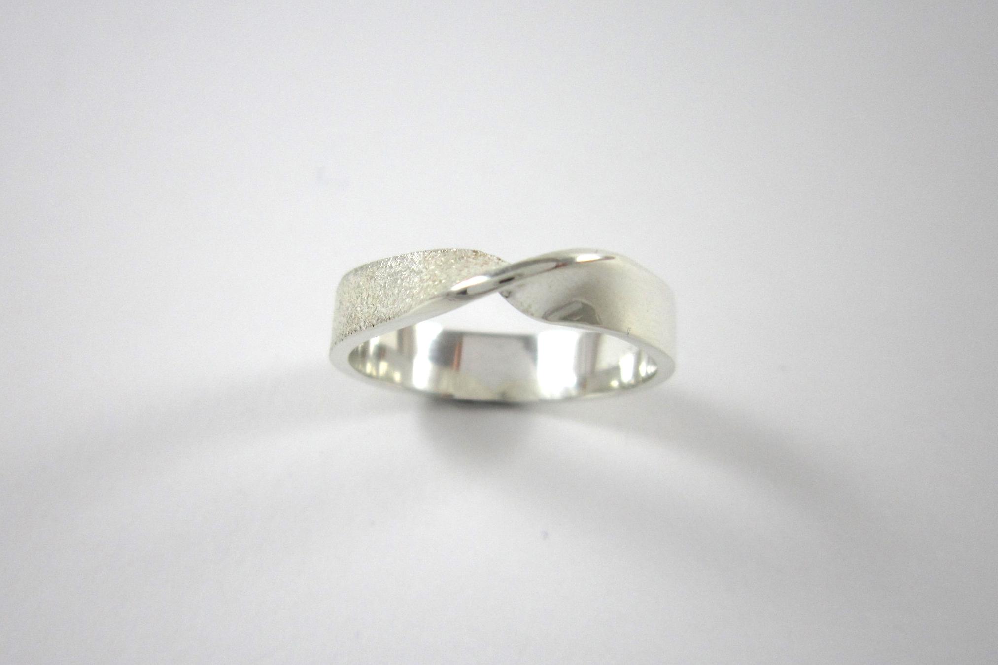 Zilveren ring, getordeerd.