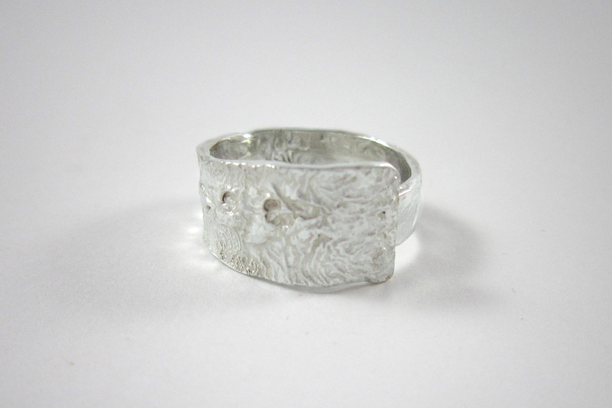 Zilveren ring met gereticuleerd oppervlak.