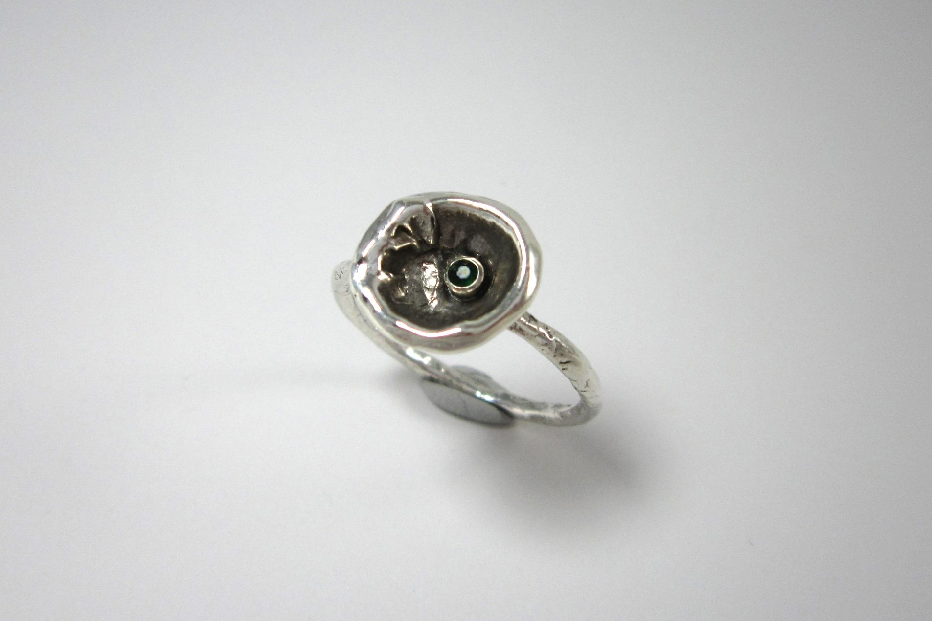 Organisch gevormde zilveren ring met smaragd.